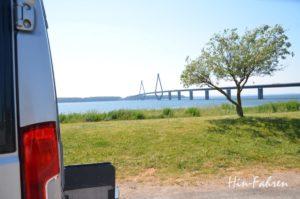 Autobahnrastplatz in Dänemark mit Blick auf Brücken