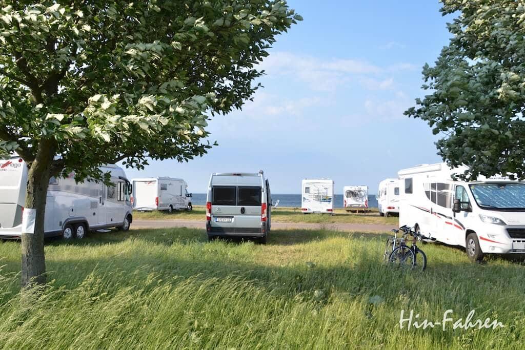 Wir finden einen schönen Platz auf dem Wohnmobilstellplatz am Rand von Ystad
