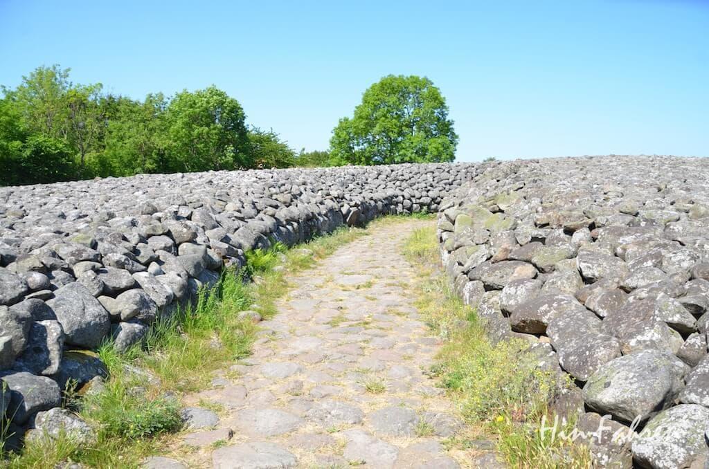 Das Königsgrab in Kivik ist von einem großen Steinhügel bedeckt