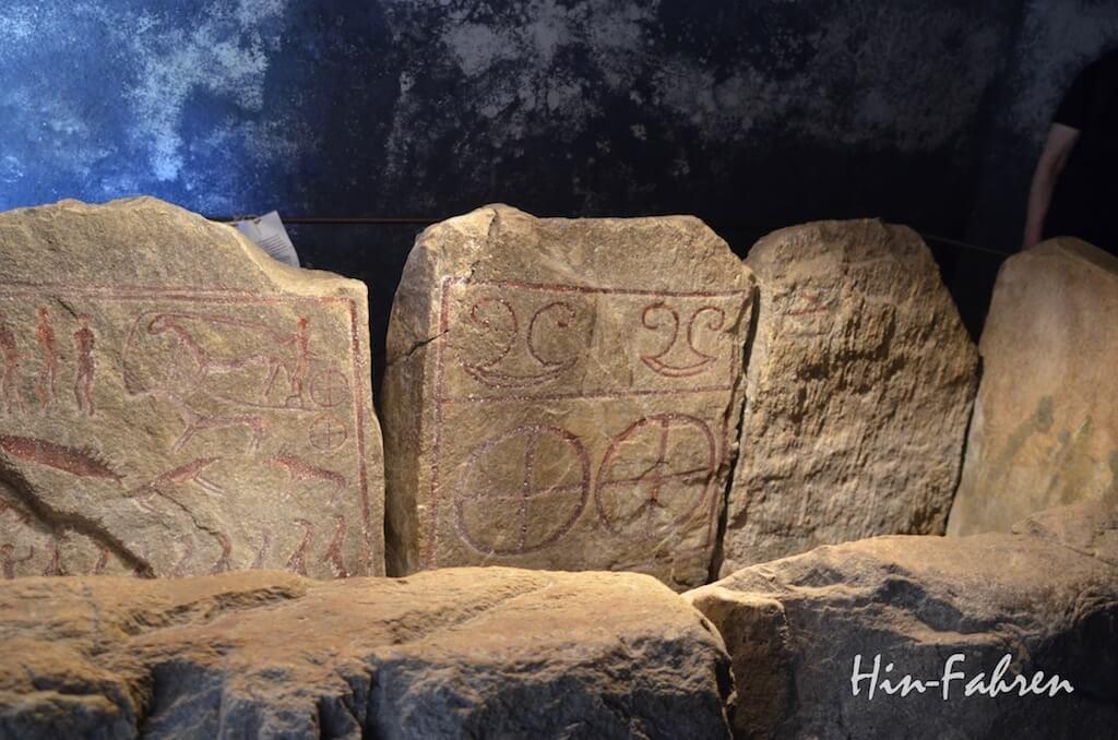 Verzierte Steine der Steinkiste in Kivik