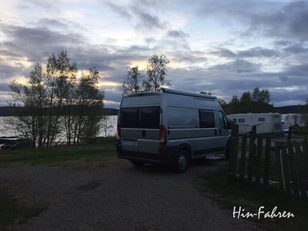 Kastenwagen und Wohnmobile am Inarisee in Finnland
