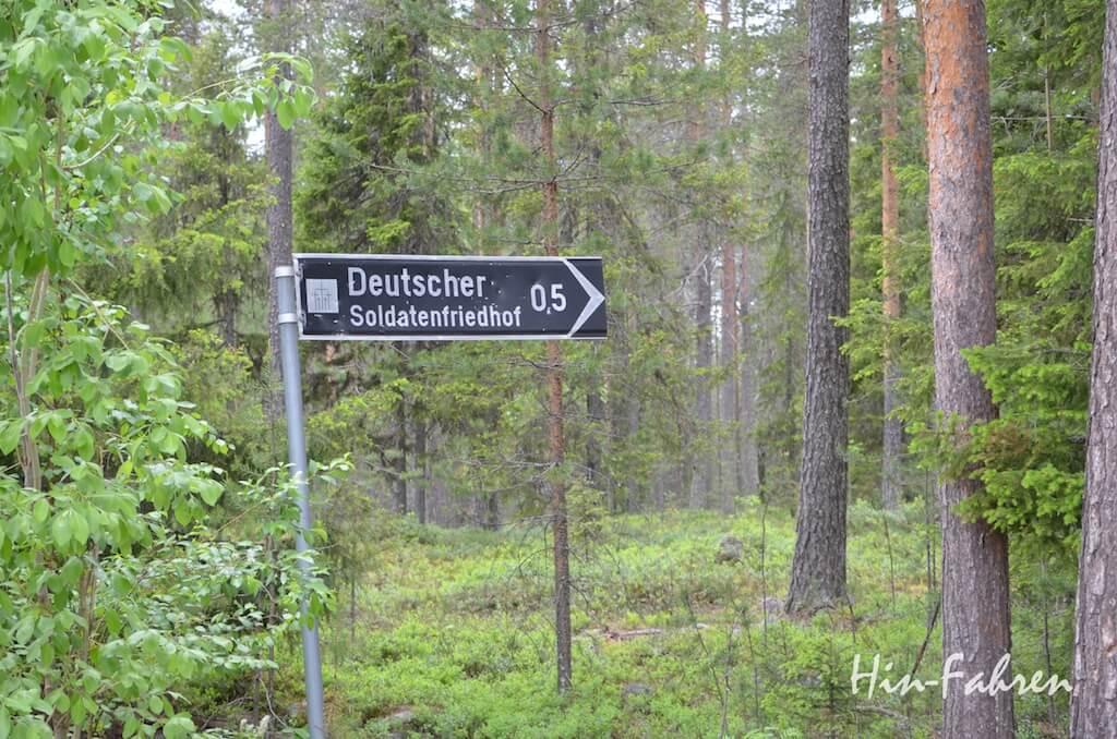 Finnland mit dem Wohnmobil: Hinweis auf den Deutschen Soldatenfriedhof bei Rovaniemi