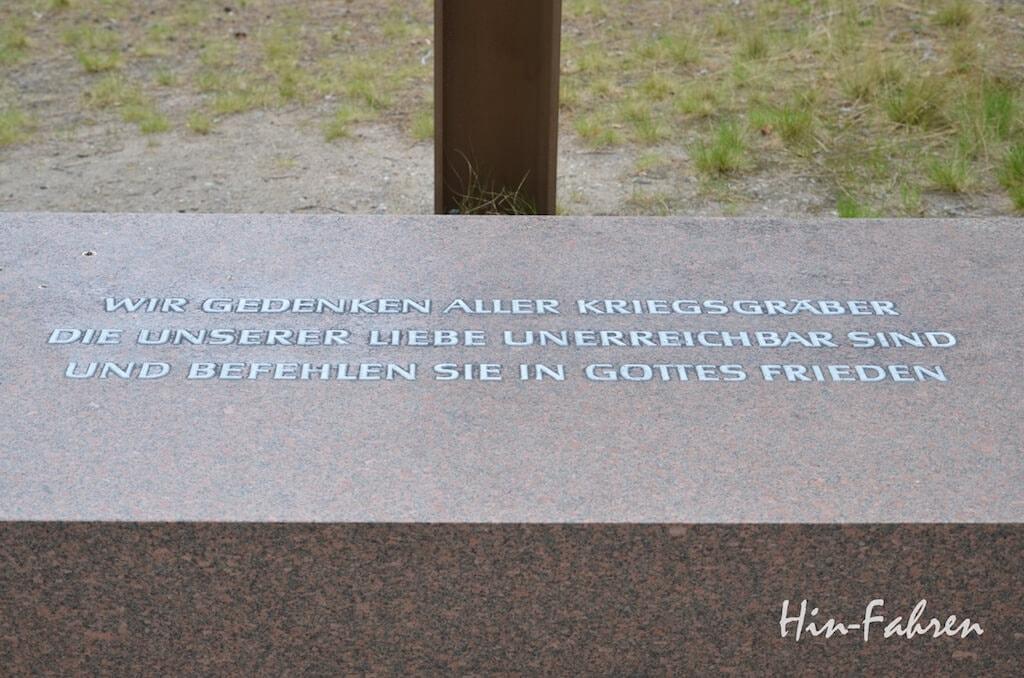 Stop auf unserer Wohnmobiltour: Sockel des Gedenkkreuzes des finnischen Soldatenfriedhofs