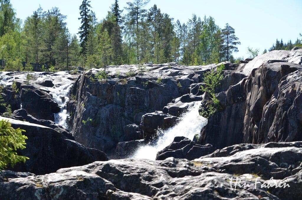 Kleiner Wasserfall abseits der Stromschnellen in Storforsen