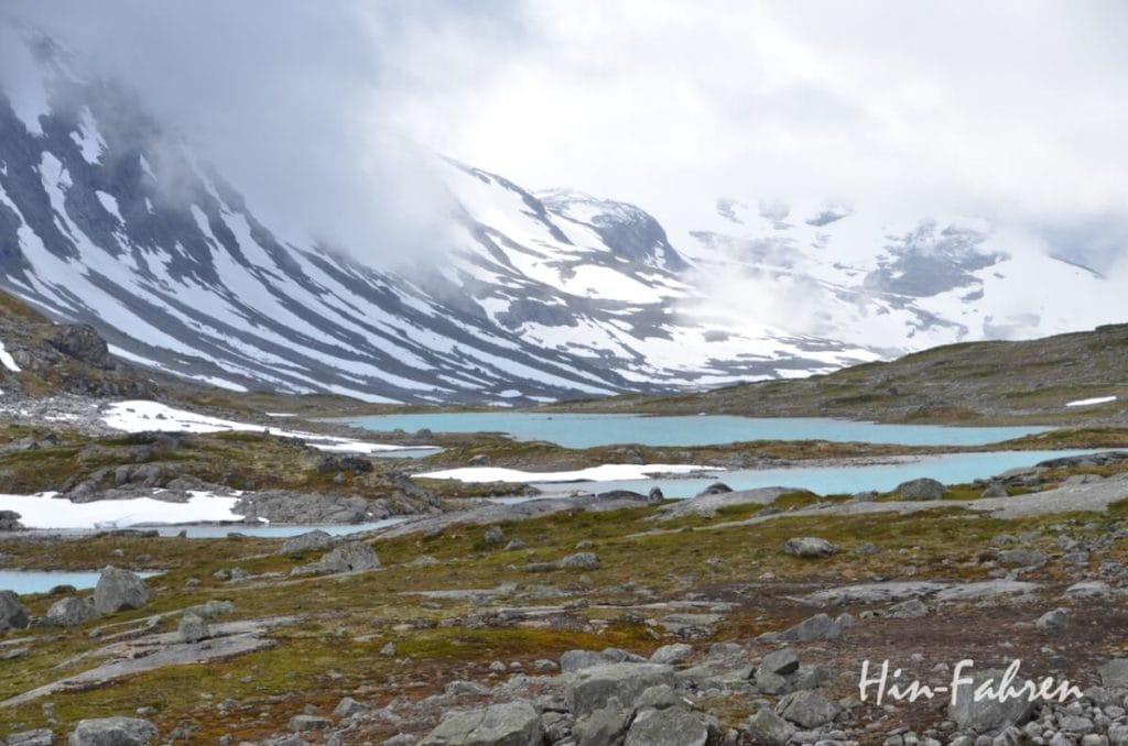 Kontraste auf der alten Bergstraße in Norwegen