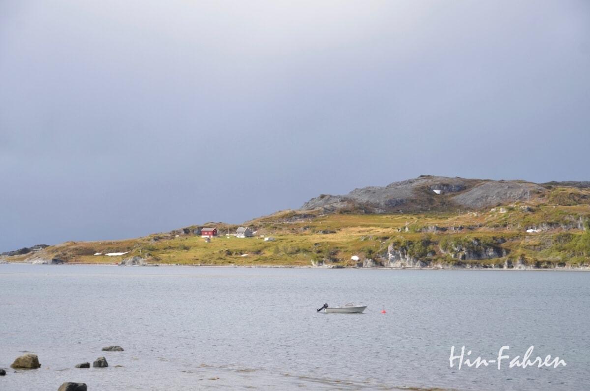 Wohnmobiltour Norwegen: Fischerboot und Häuser am Fjord, nicht mehr weit zum Nordkap