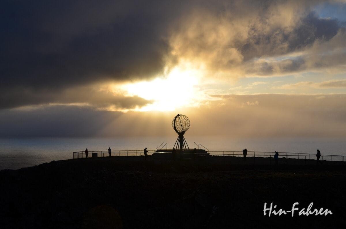 Nordkap mit dem Wohnmobil: Der Globus, Wahrzeichen des Nordkap, wird von der Mitternachtssonne beschienen