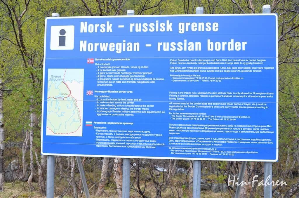 Mit dem Wohnmobil durch Norwegen: Schild mit Grenzverlauf und Anweisungen