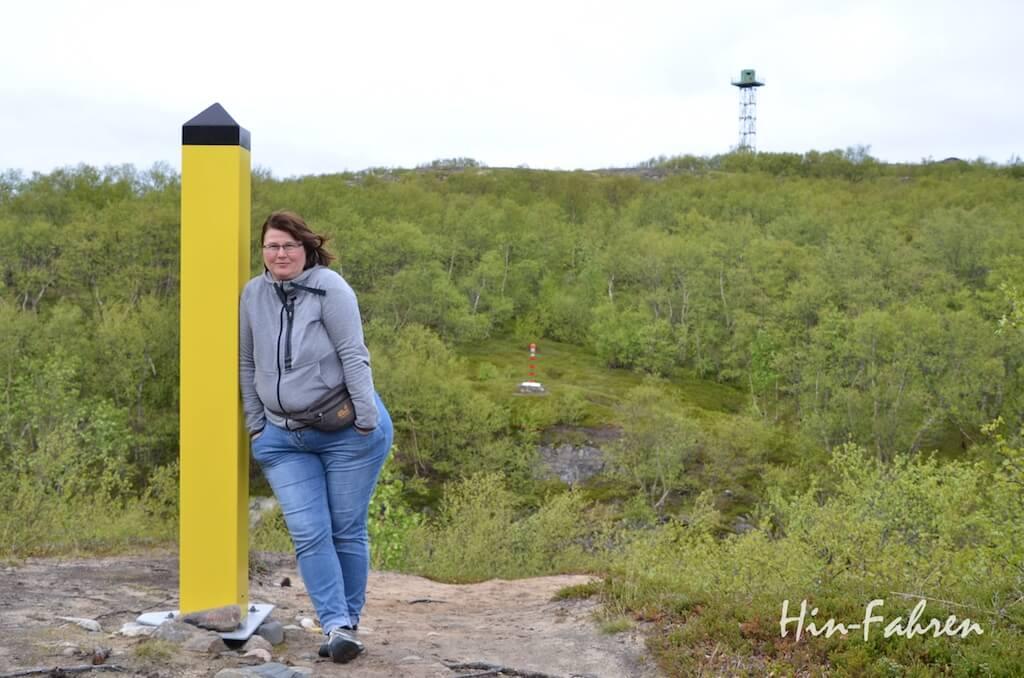 Erinnerungsfoto an Norwegen: Katja von Hin-Fahren und Grenzpfosten