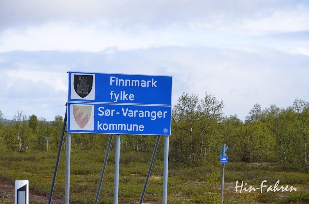 Wohnmobiltour Nordkap: Schild der Sør-Varanger Kommune an der norwegischen Grenze