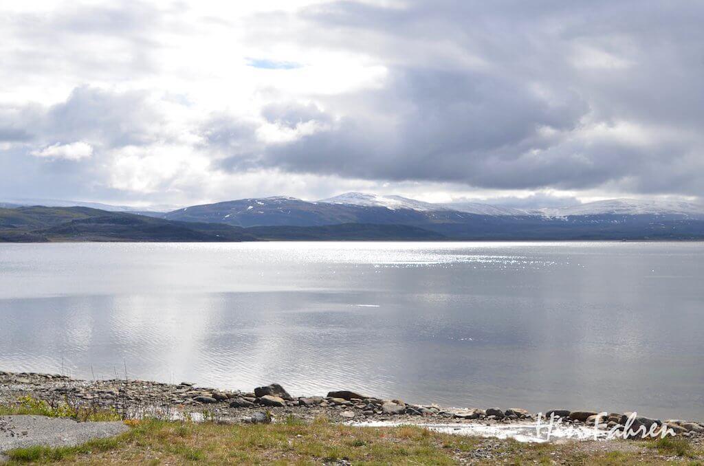 Auf der E6 fahren wir direkt am Porsanger-Fjord entlang