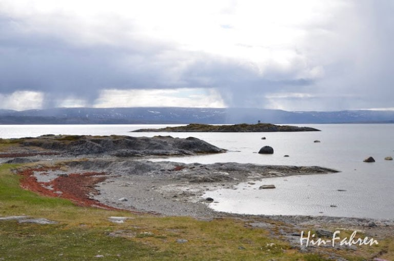 Fjord mit Bucht und Insel in Nordnorwegen