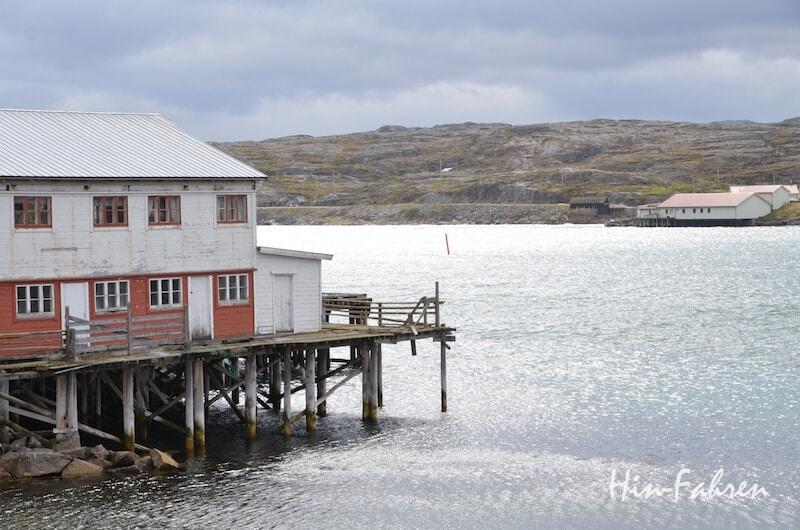 Blick aus dem Wohnmobilfenster: Alte Fischeranlagen in Bugøynes