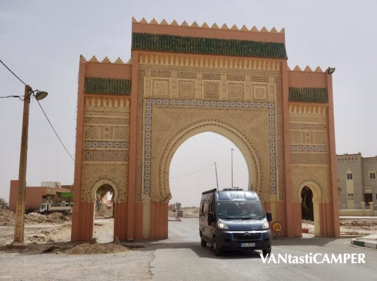 Kastenwagen von Pössl fährt durch ein Tor einer marokanischen Stadt