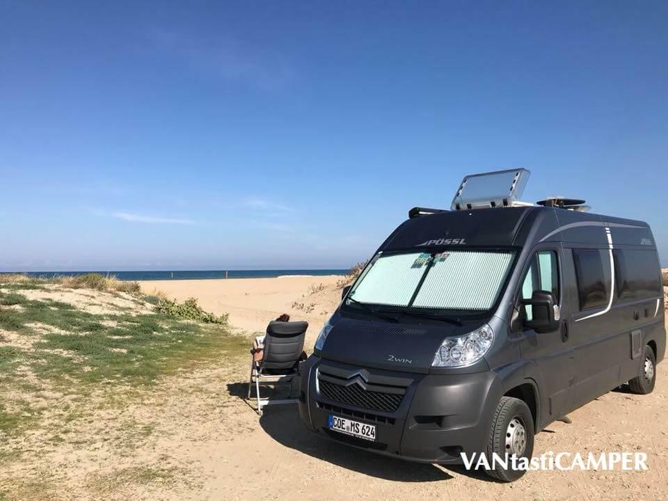 Pössl Kastenwagen steht direkt am Strand