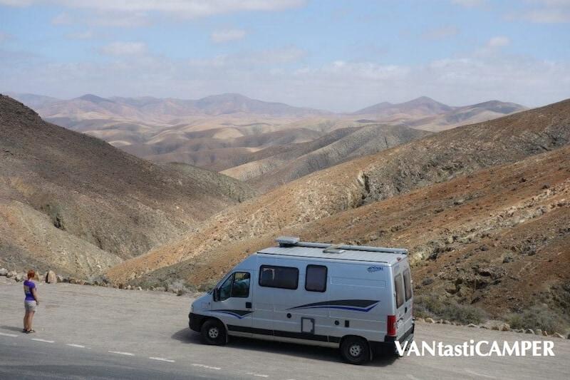 Altes Kastenwagen-Wohnmobil von Pössl im Gebirge