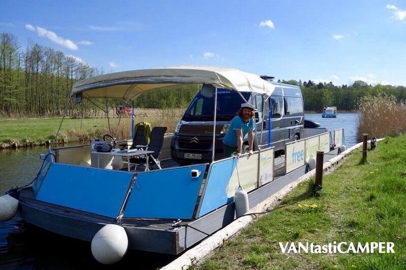 Kastenwagen zum Hausboot umfunktioniert