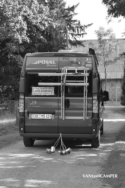 Just married - Kastenwagen mit angehängten Dosen