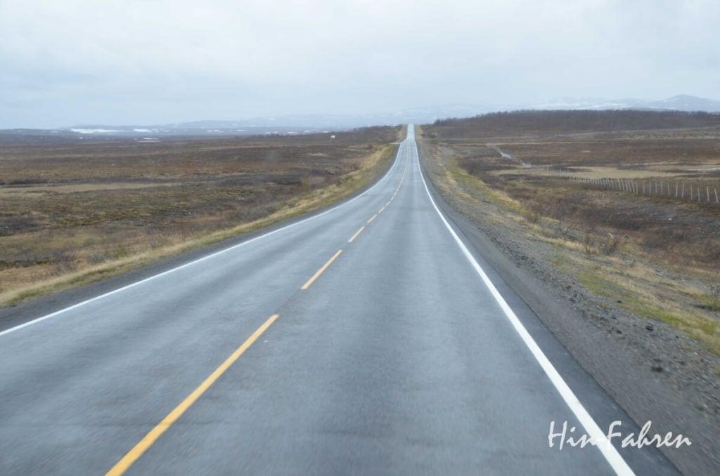 Die Straße durch Norwegen zieht sich wie ein Band durch das Land