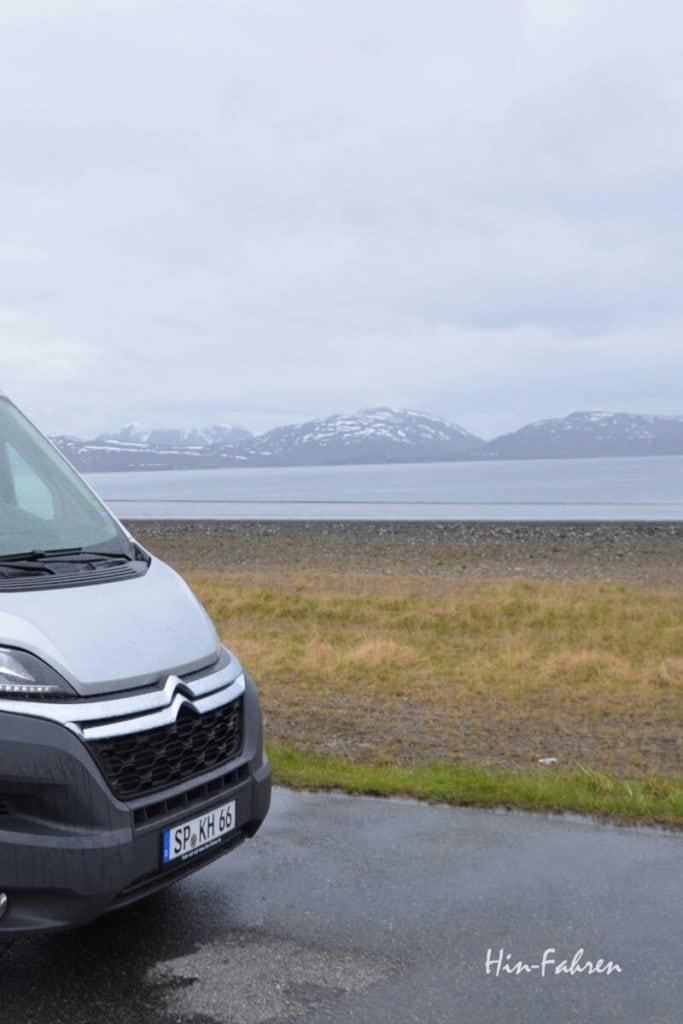 Kastenwagen von Hin-Fahren am Nordmeer vor Hammerfest