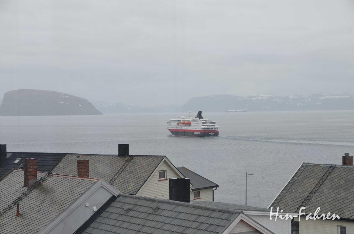 Blick über die Dächer aufs Meer und das Schiff der Hurtigruten