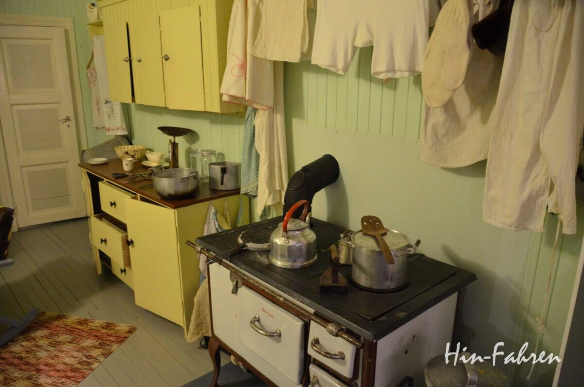 Ofen und Einrichtung in einer der Baracken