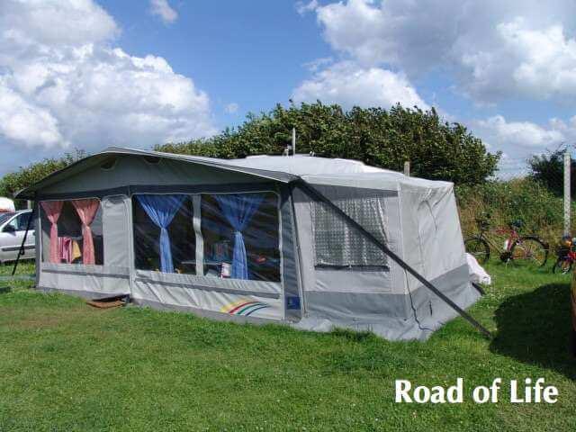 Vorzelt vor dem Wohnwagen auf einem Campingplatz