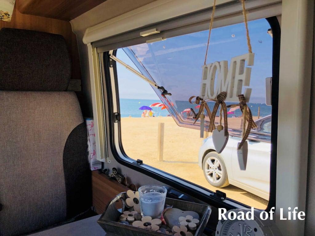 Blick aus dem Seitenfenster der Dinette aufs Meer