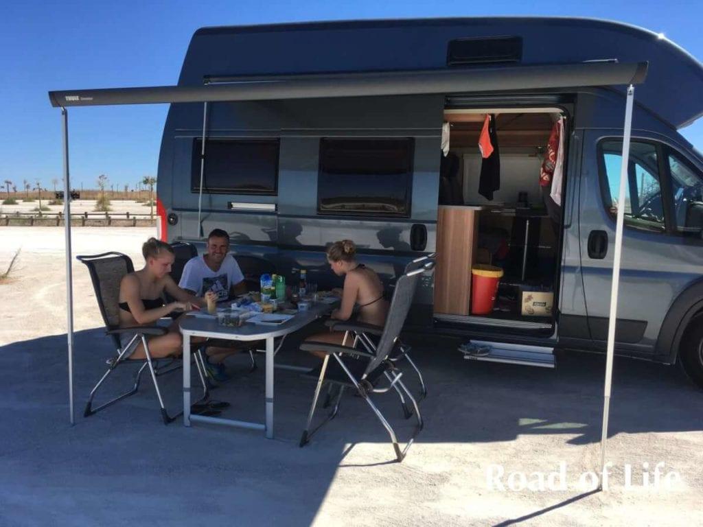Familie beim Campen im Kastenwagen