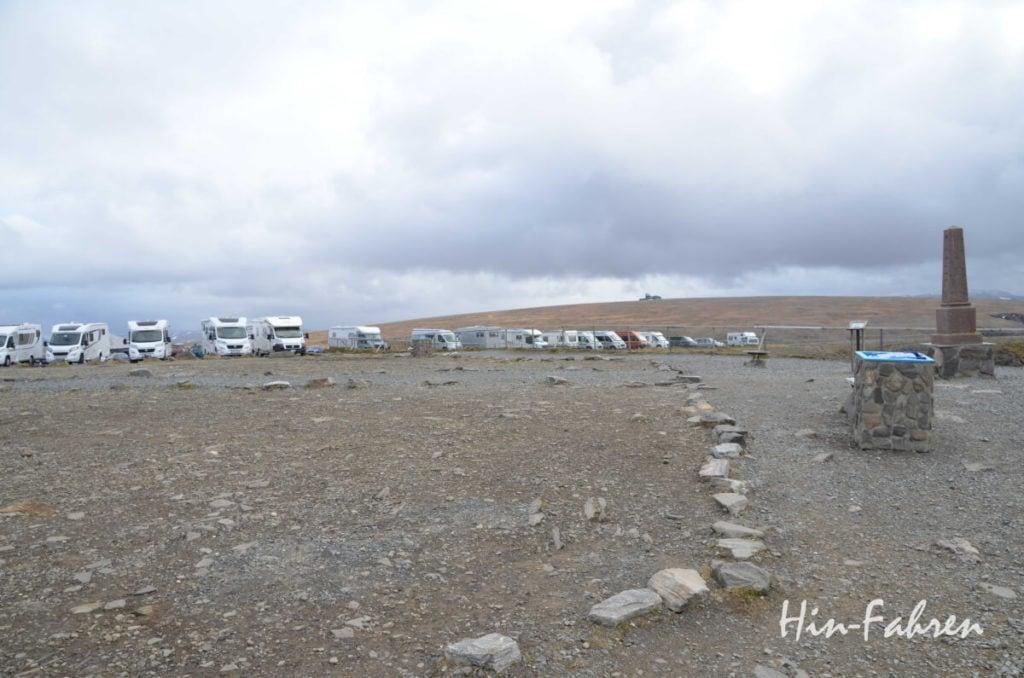 Parkplatz am Nordkap mit Wohnmobilen und Caravans