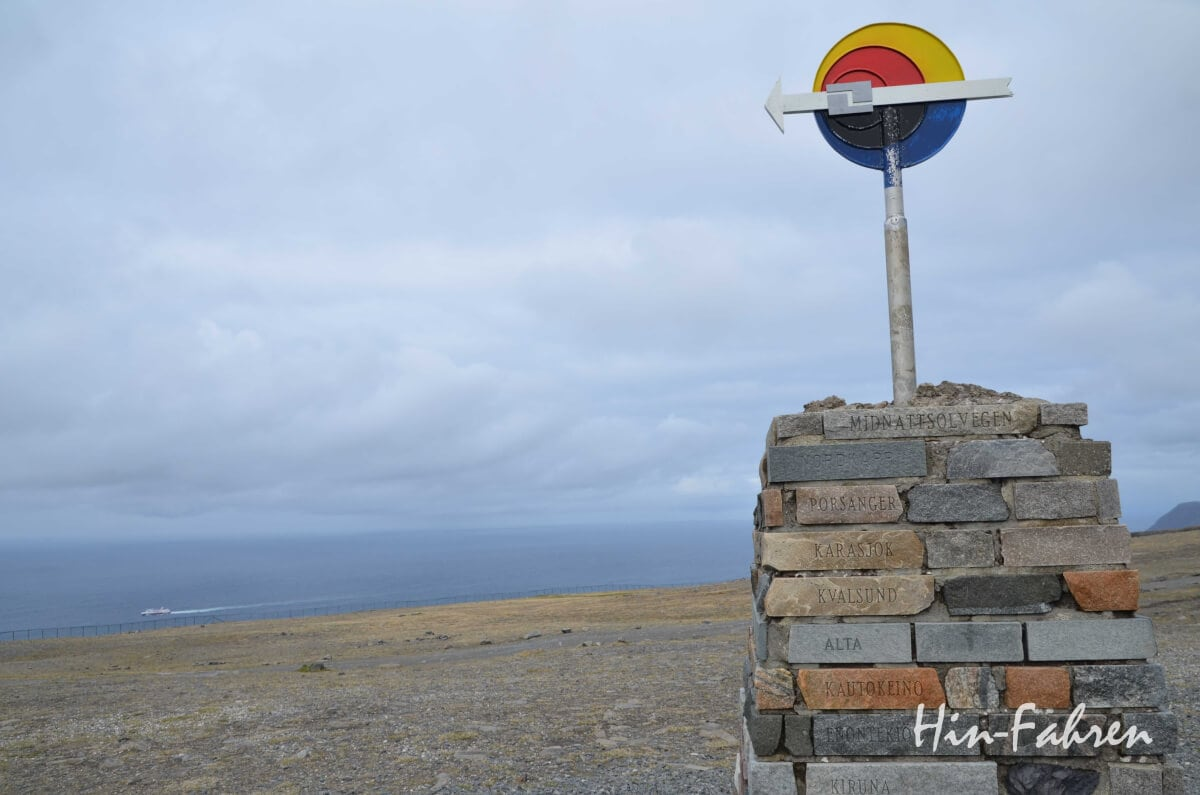 Die Kompassnadel an der Spitze zeigt nach Norden