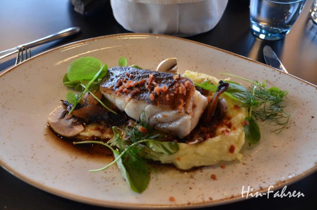Fisch mit Kartoffelbrei und Gemüse im Restaurant am Nordkap