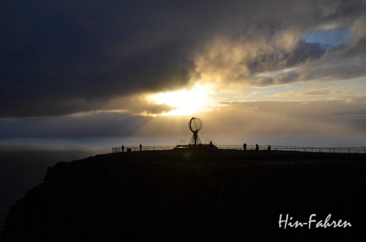 Globus am Nordkap mit einigen Besuchern und Mitternachtssonne im Juni