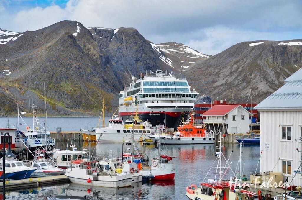 Hafen Honningsvåg mit Schiff der Hurtigruten