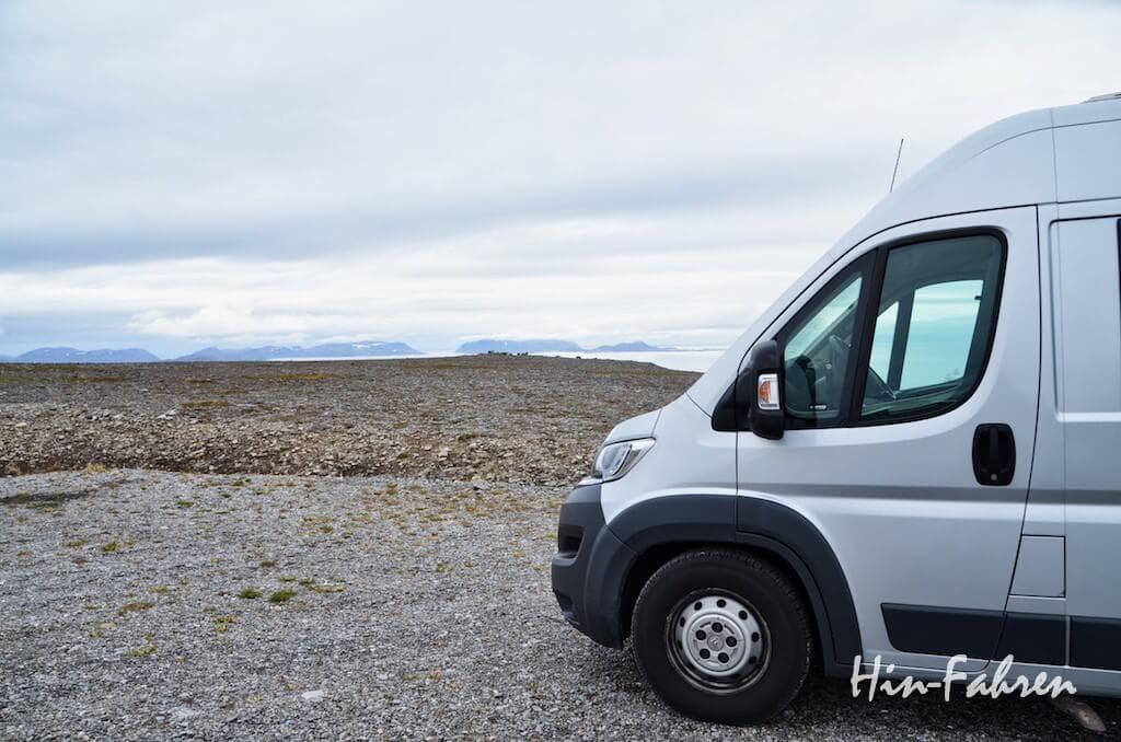 Kastenwagen parkt mit Blick aufs Meer in Norwegen