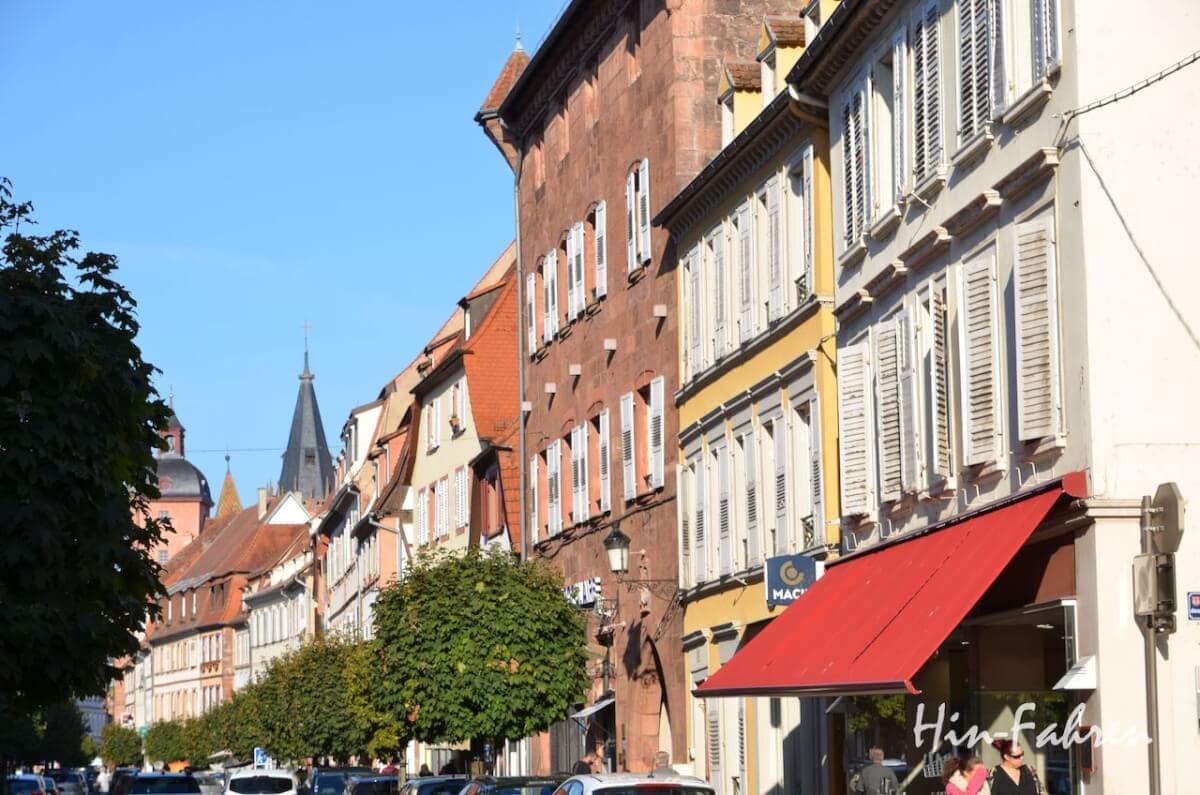 Wohnmobiltour Elsass: In der Rue Nationale gibt es viele Restaurants und Geschäfte
