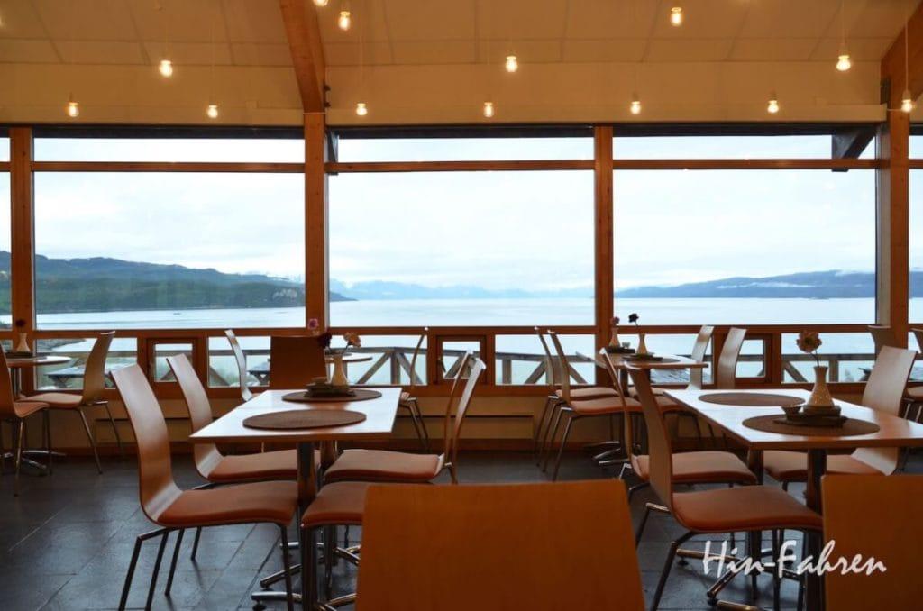Wohnmobiltour Norwegen: Blick auf den Altafjord aus dem Museumscafé