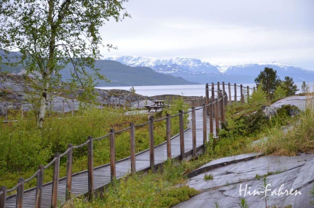 Wohnmobiltour Norwegen: Steg, Picknickplatz und Blick auf den Altafjord bei den Felsritzungen Alta