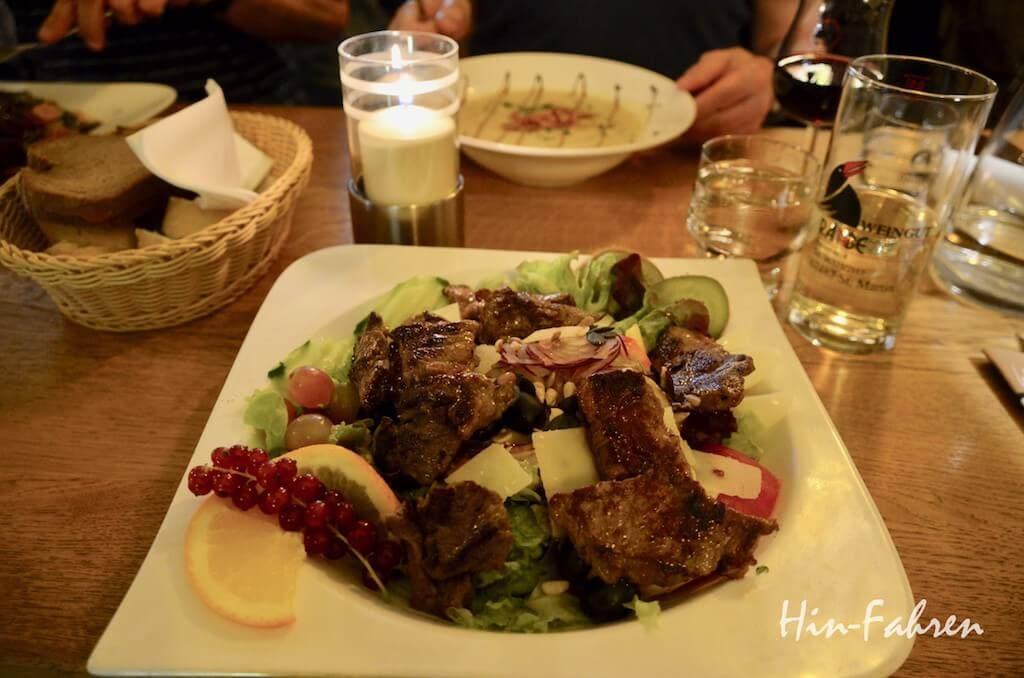 Wohnmobil-Wochenende in St. Martin: Salat und Wein in der Weinstube