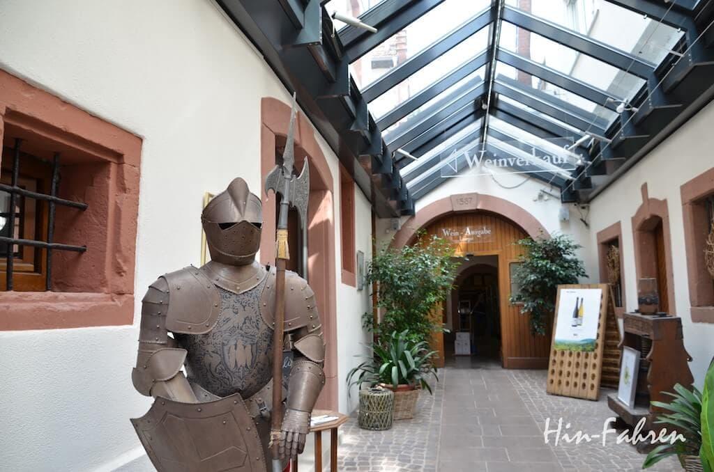 Eingang zur Weinprobe und zum Weinverkauf im historischen Ortskern von St. Martin