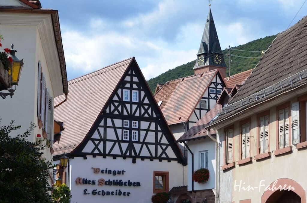 Fachwerkhäuser und Kirchturm in St. Martin