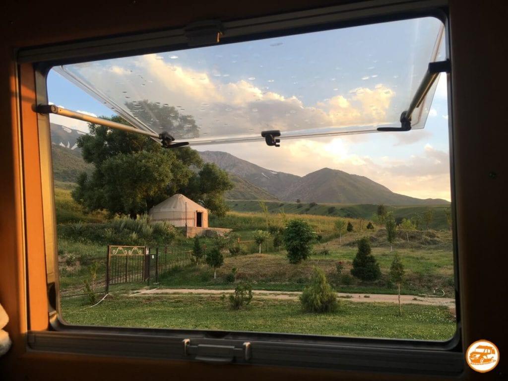Blick auf die Berge von Kasachstan aus dem Wohnmobilfenster