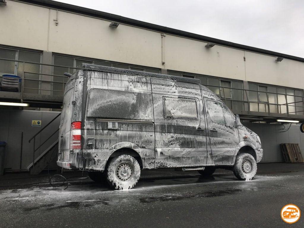 Eingeseifter Mercedes-Kastenwagen