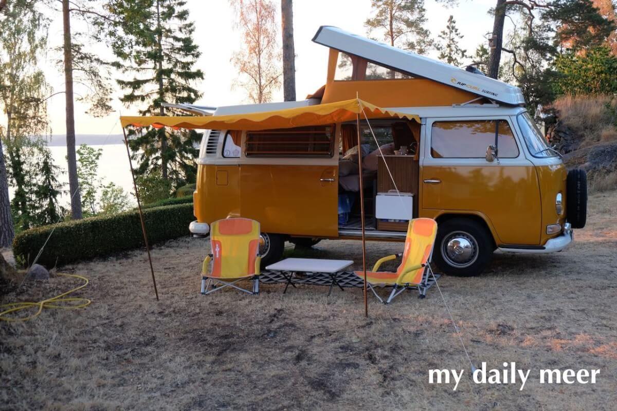 Bulli T2 mit Hochdach auf dem Campingplatz mit Aussicht