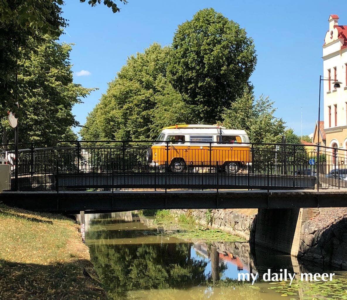 Bulli auf einer Brücke in Schweden
