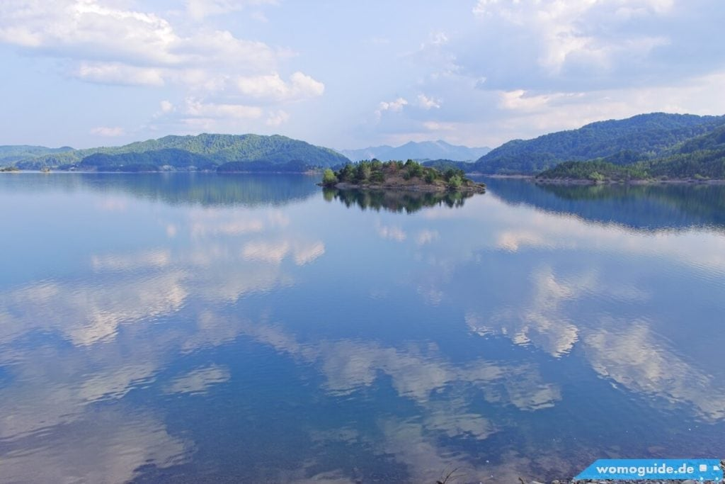 Blick aus dem Kastenwagen auf den See
