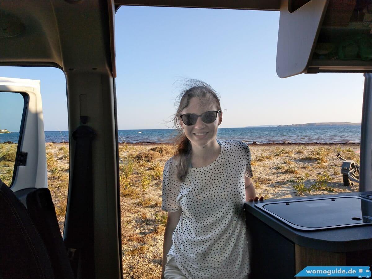 Blick aus dem Kastenwagen aufs Meer