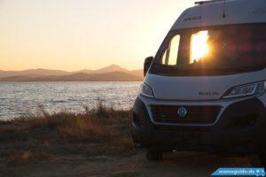 Kastenwagen Knaus Boxlife am Meer bei Sonnenuntergang