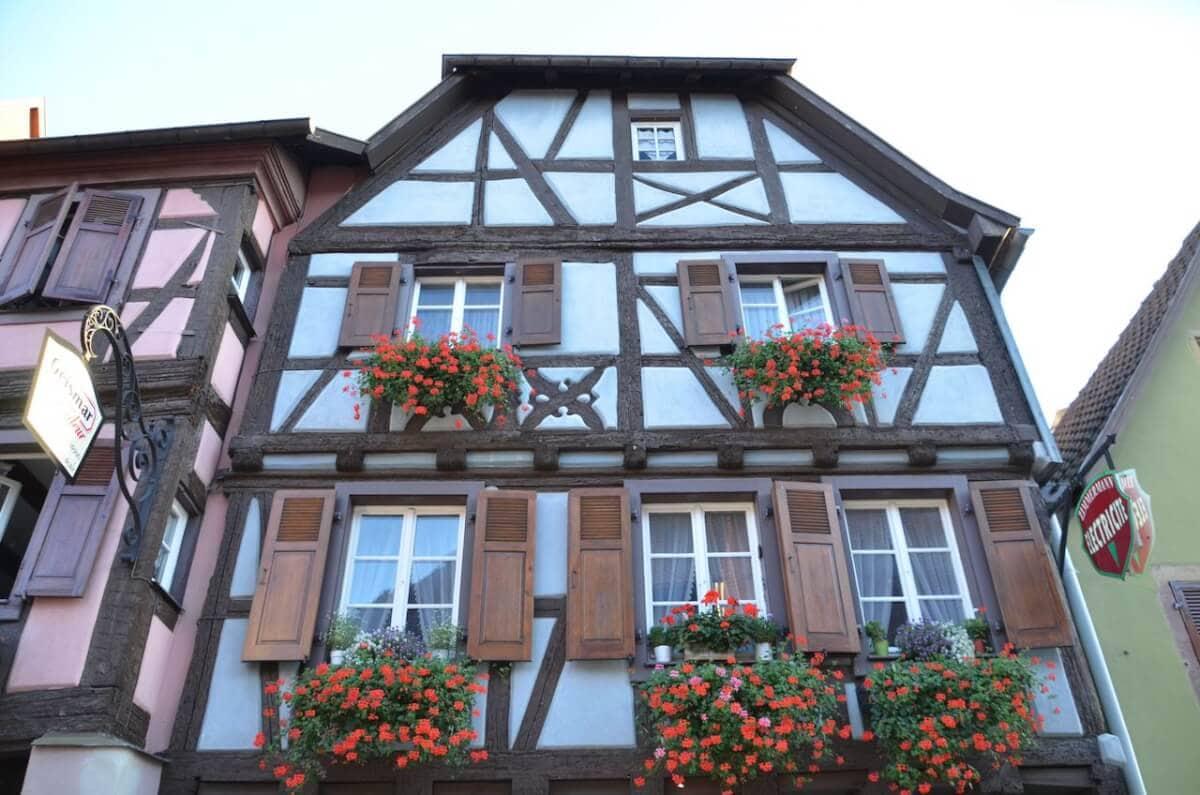 Blaues Fachwerkhaus in Turckheim im Elsass