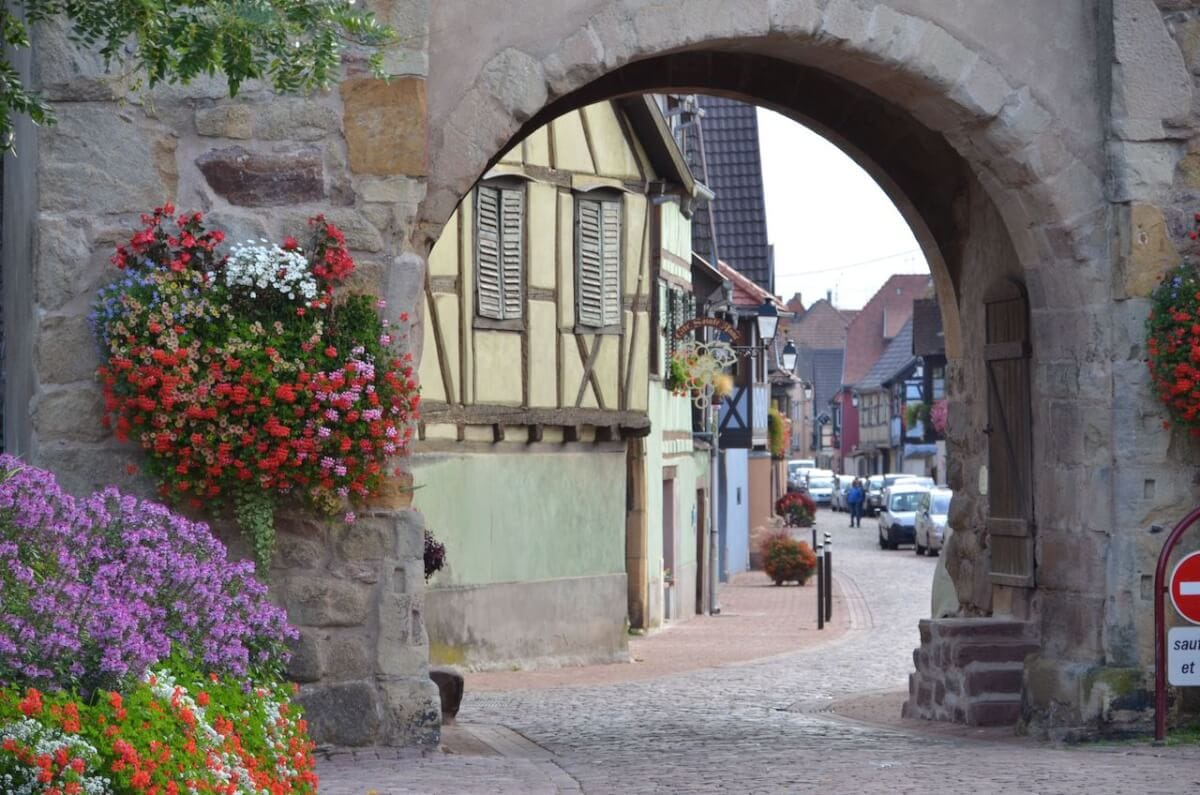 Blick durch das Stadttor auf die Grand Rue in Turckheim